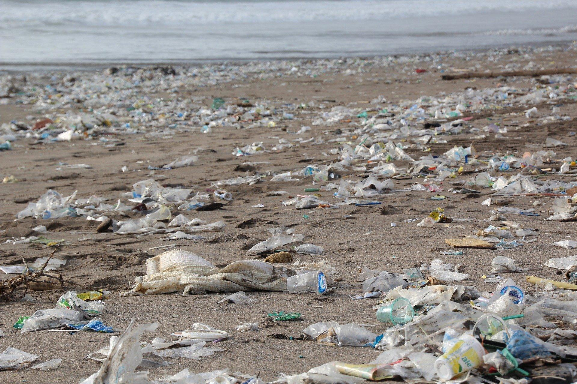Haus aus Plastikflaschen Dorf aus Plastikmüll